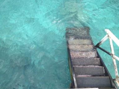 A escada da varanda para a água