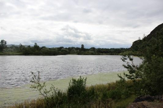 Widok na Duddingston Loch w Edynburgu.