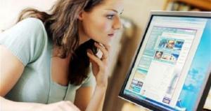 mujer revisando pantalla de computadora