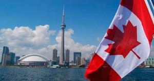 Vista de toronto con bandera de Canadá
