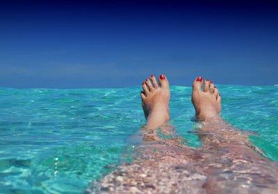 Chica con pies en al agua