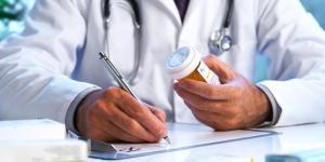 Doctor recetando alopurinol