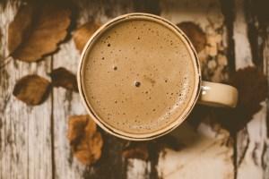 mujer bebiendo café caliente