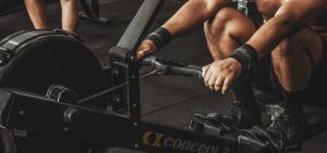 hombre haciendo ejercicio en gimnasio