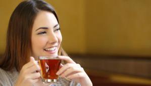 mujer sonriendo bebiendo té