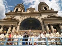 IPS Teofan (centru stanga) impreuna cu Patriarhul Daniel (centru dreapta), dupa liturghie