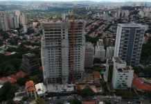 Desnível do terreno e complexa fundação desafiam obra de prédio em SP