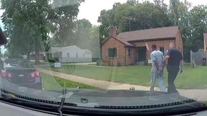 corretor de imóveis negro é preso enquanto mostrava imóvel, após vizinhos chamarem a polícia