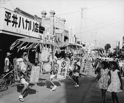 Chindon'ya en la ciudad de Fujioka (1960 aproximadamente).