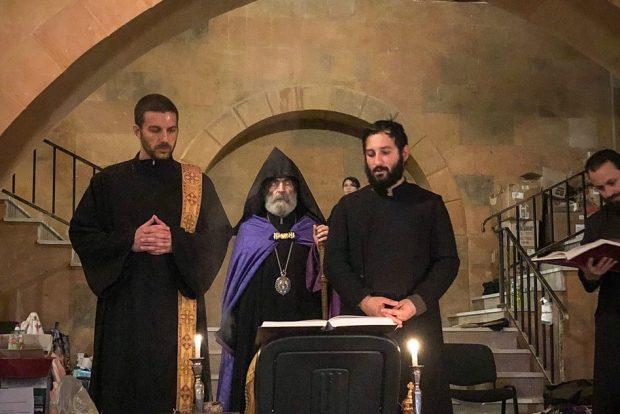 Архиепископ Паргев предводи молитву у склоништу испод Цркве, са ђаконом Езрасом (лево)