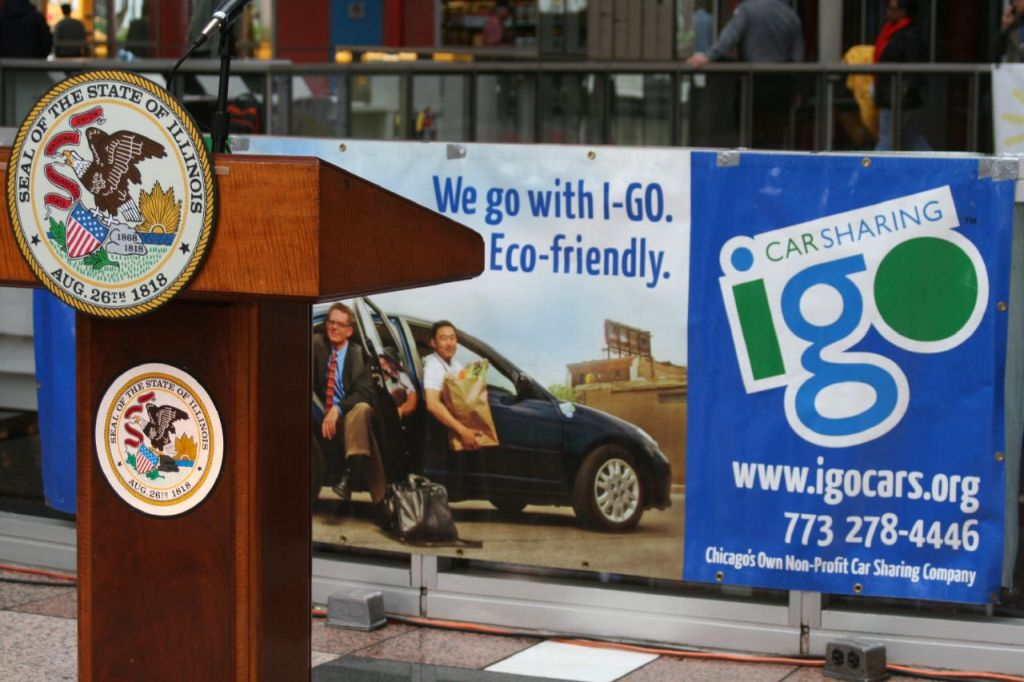Large sign advertising igo car sharing, a non-profit in Chicago © Center for Neighborhood Technology | Flickr