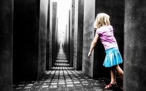 A child exploring The Berlin Memorial to the Murdered Jews of Europe © Chocolatemedia/Torana | Wikimedia Commons