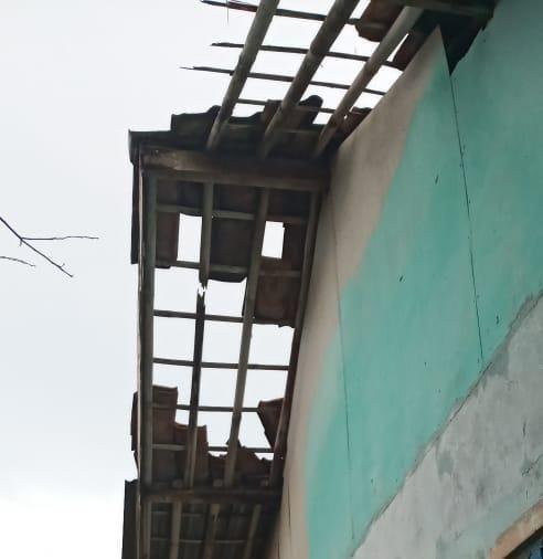 Atap rumah warga yang rusak akibat terjangan angin puting beliung pada, Jumat (9/4/2021)
