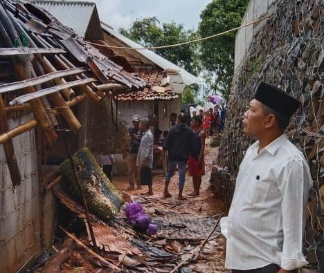 Kepala Desa Wangun Jaya Hanapi saat meninjau lokasi kebakaran rumah warga pada, Sabtu(10/4/2021)