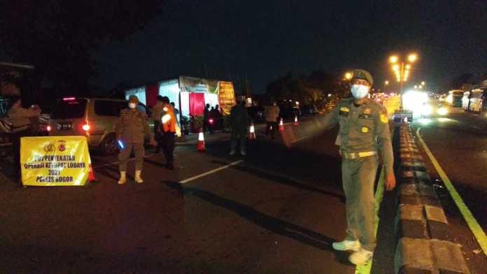 Petugas sedang memeriksa mobil bernomor polisi A 1140 YQ pada sabtu (08/05/21) dini hari