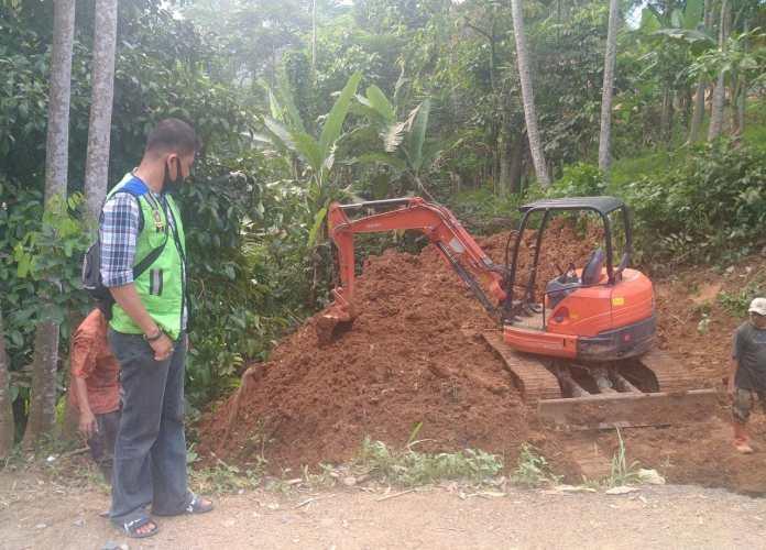 Kepala UPT PUPR Wilayah V kelas A Eko Sulistio saat meninjau lokasi perbaikan jalan di Desa leuwibatu, Kecamatan Rumpin pada, Jumat (28/05/20)