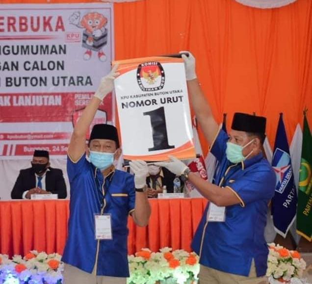 PASANGAN RIDHA: Pasangan Calon Bupati dan Wakil Bupati, periode 2020-2025, Ridwan Zakaria mengangkat nomor urutnya usai pencabutan di Islamic Center yang diselenggarakan KPU Butur, kemarin. IST