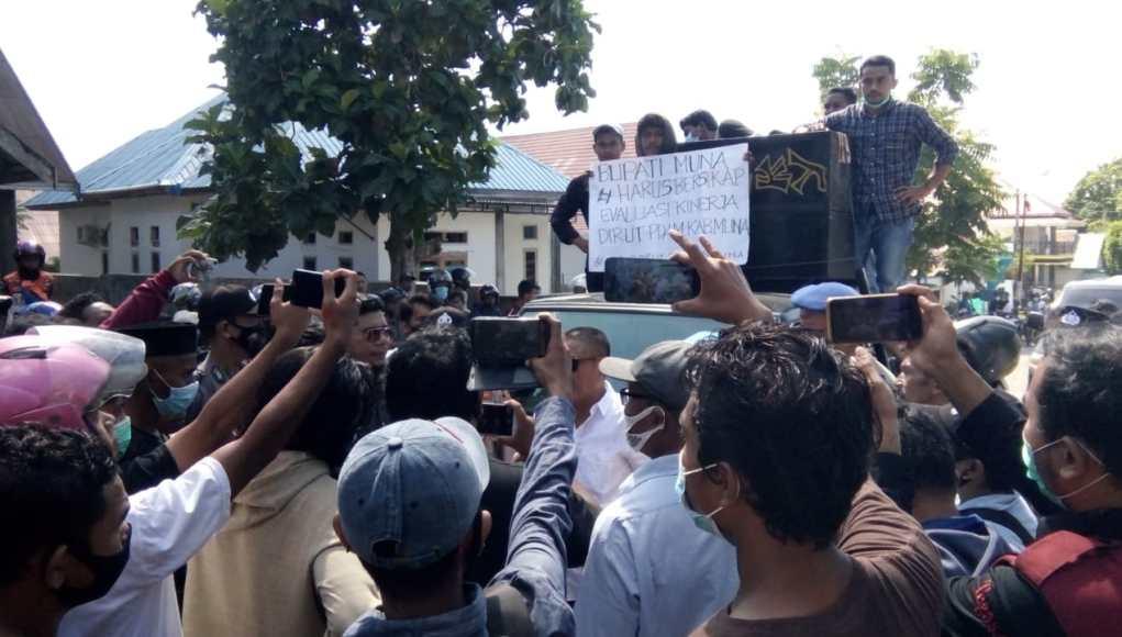 Himpunan Mahasiswa Desa Lohia Kota Kendari menggelar aksi damai di kantor Perusahaan Daerah Air Minum (PDAM) Kabupaten Muna, Rabu, 09/06/202.
