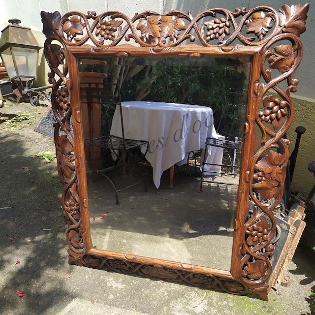 miroir cadre ancien en bois sculpte decors de raisins et feuilles de vignes