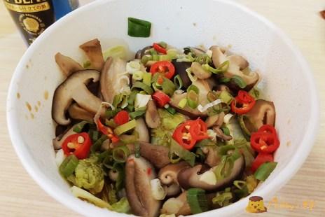 【台南美食】貨櫃屋裡的深夜食堂《鳳滷味》灑上蔥花與辣椒的加熱滷味