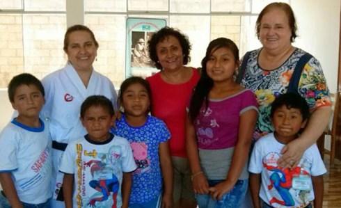 Puente 2015 Lisa mit Lehrerin und Kindern