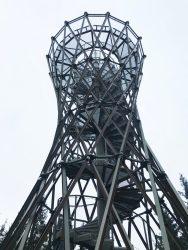 Fajna, nowoczesna forma wieży widokowej.