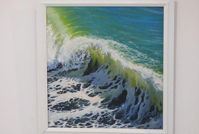 картина с морем на выставке
