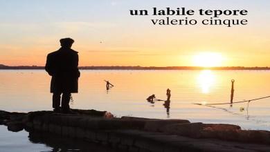 """Photo of [Nuovo Singolo] VALERIO CINQUE presenta """"Un labile tepore"""", una ballata eterea che ci immerge nella ricerca di un amore perduto e nella speranza di ritrovarlo."""