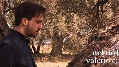 """Photo of [Nuovo Singolo&Video] VALERIO CINQUE presenta il videoclip di """"Nel turbinio"""", un folk-rock incalzante in bilico tra il pop e il classico cantautorato italiano."""