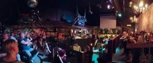 Bar No Namessa harrastettiin keskusteluja kolmena iltana. Torstaina esiintyi Kai Sadinmaa. Kuva: Risto Hietala