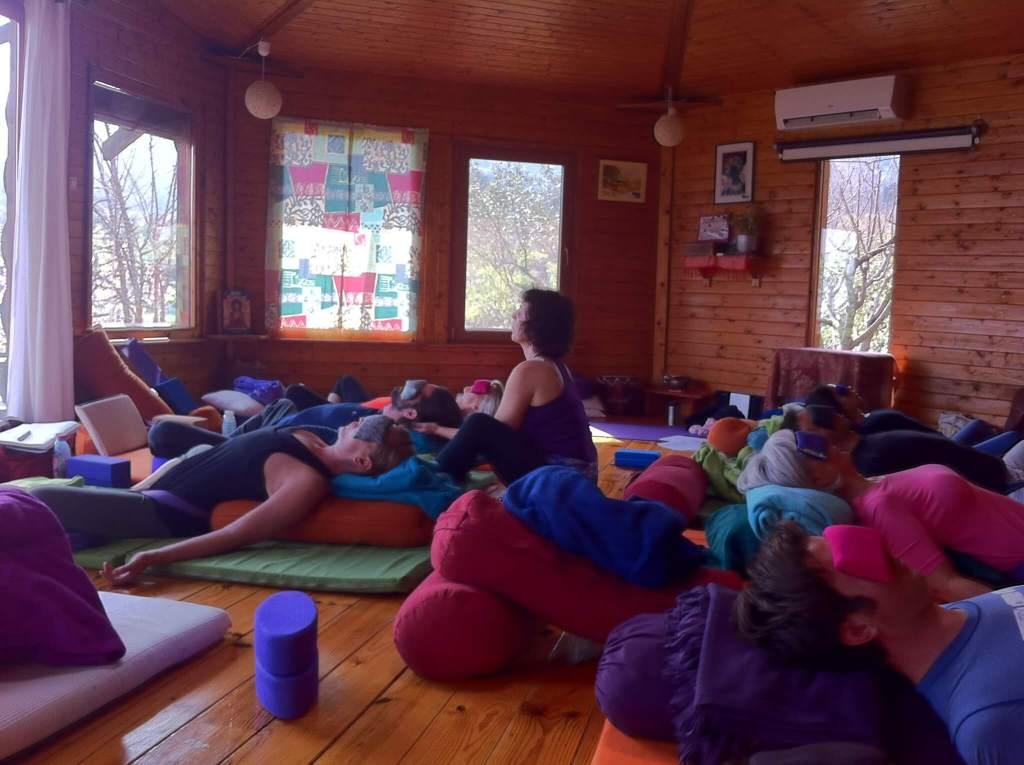 Alumnos y profesora en una formación de Yoga restaurativo en USA