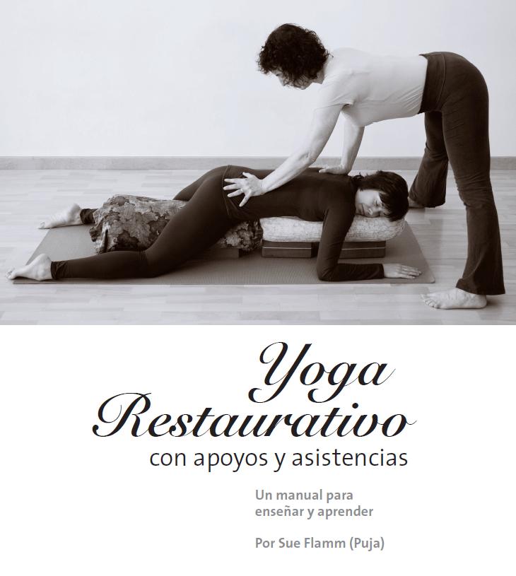 Portada libro Yoga Restaurativo con apoyos y asistencias en blanco y negro español con imagen de profesora asistiendo en la postura de yoga de la alumna y el título del libro