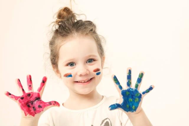 手に絵の具がついた子供