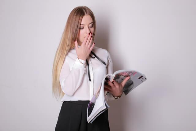 雑誌を読む女性