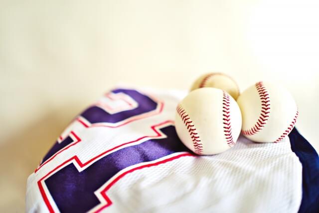野球ボールとユニフォーム