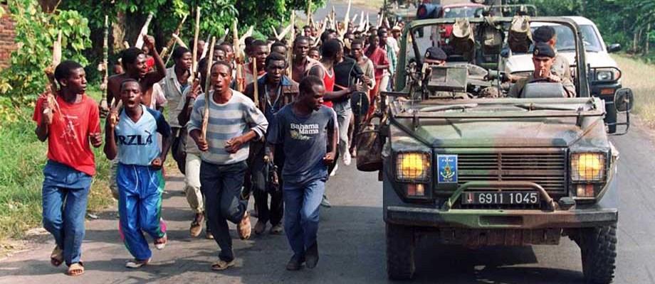 Une patrouille de militaires français dépasse des troupes hutues rwandaises le 27 juin 1994 près de Gisenyi à l'ouest du Rwanda.