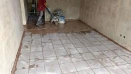 desbastado y pulido de piso de granito nuevo