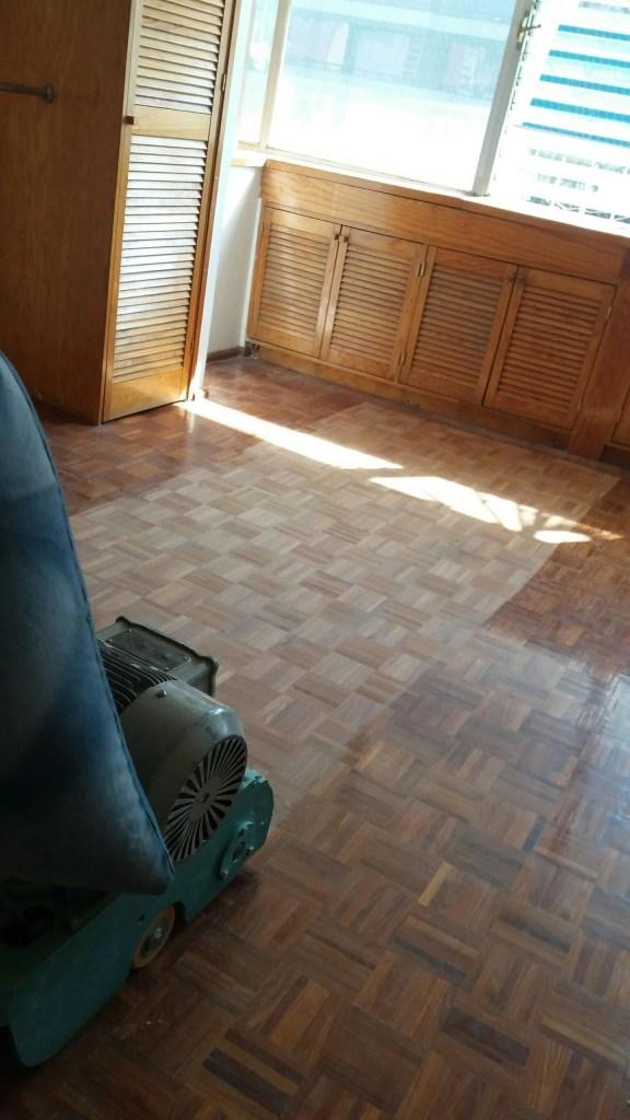 pulido y barnizado de pisos de madera de parquet