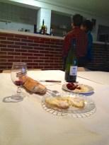 Mens eier av casa rural ankom og skulle fyre opp sentralvarmen (vedfyrt), serverte Maria chorizo, ost, brød og vin