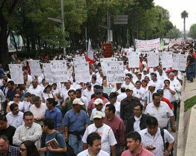 Miles de trabajadores colman el Zócalo y condenan la politica económica y laboral