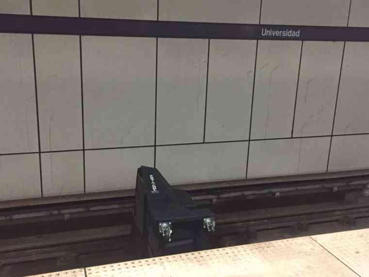 El tren urbano cierra una vía tras hombre lanzar un objeto