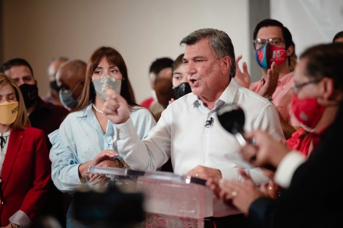 """Carlos """"Charlie"""" Delgado celebra su victoria"""