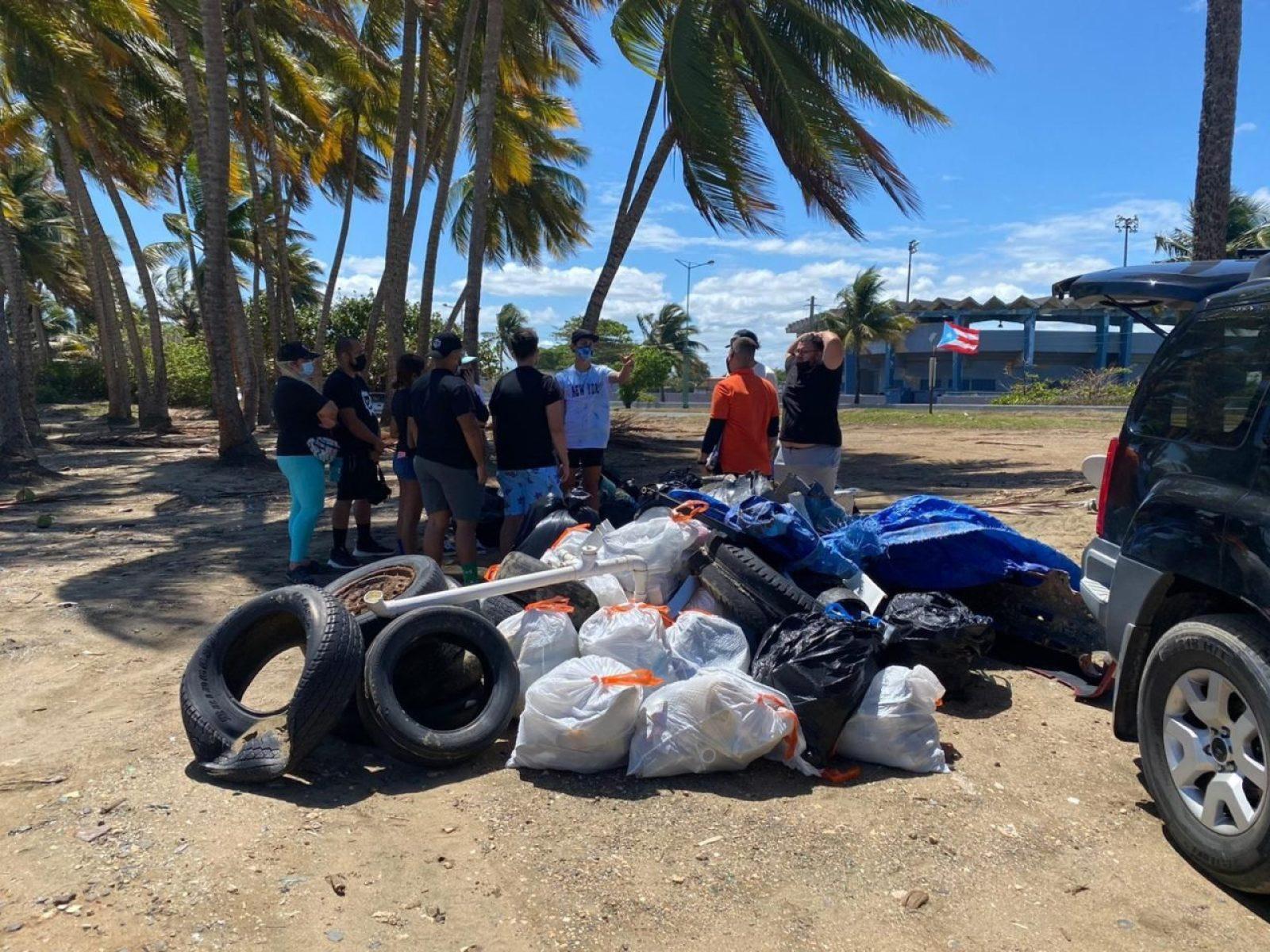 Jóvenes universitarios adoptan playa de Toa Baja