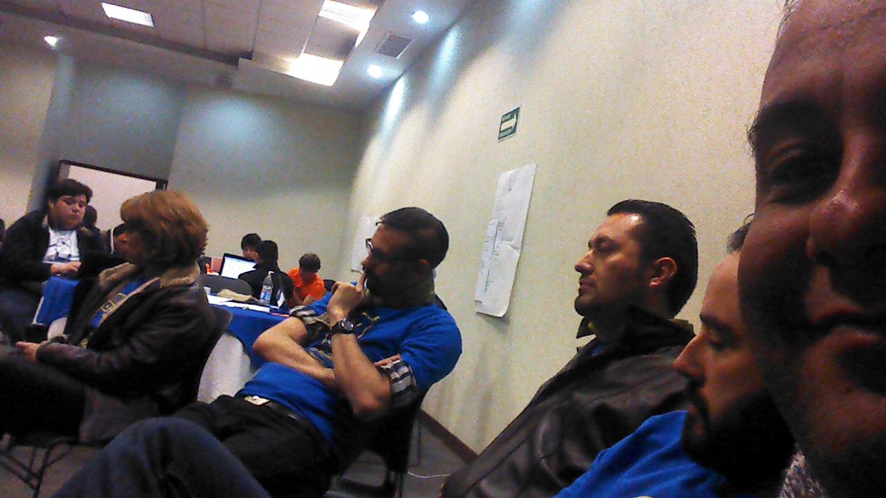 coaches escuchando las presentaciones previas