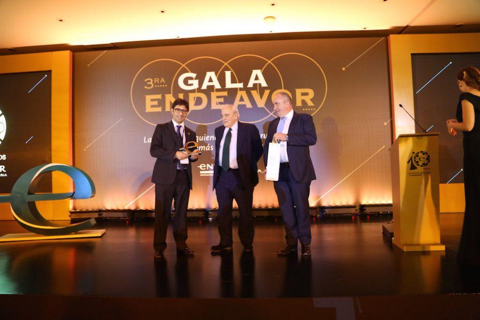 foto-jose-velez-recibe-el-premio-endeavor-colombia-entrega-andres-echavarria