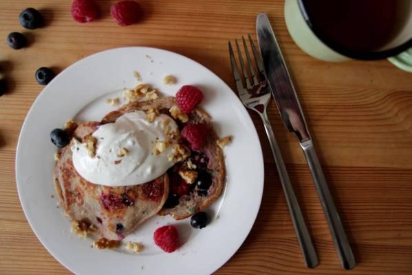 Beeren Pancakes mit Kokosjoghurt