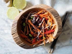 Gemüsesalat mit schwarzem Reis