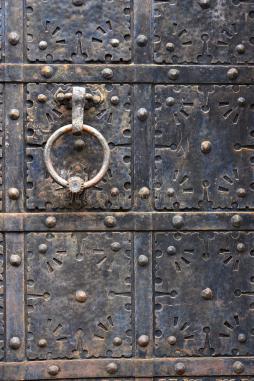 vecchia-maniglia-di-porta-sulla-porta-medievale-del-ferro-danzica-polonia-59952363