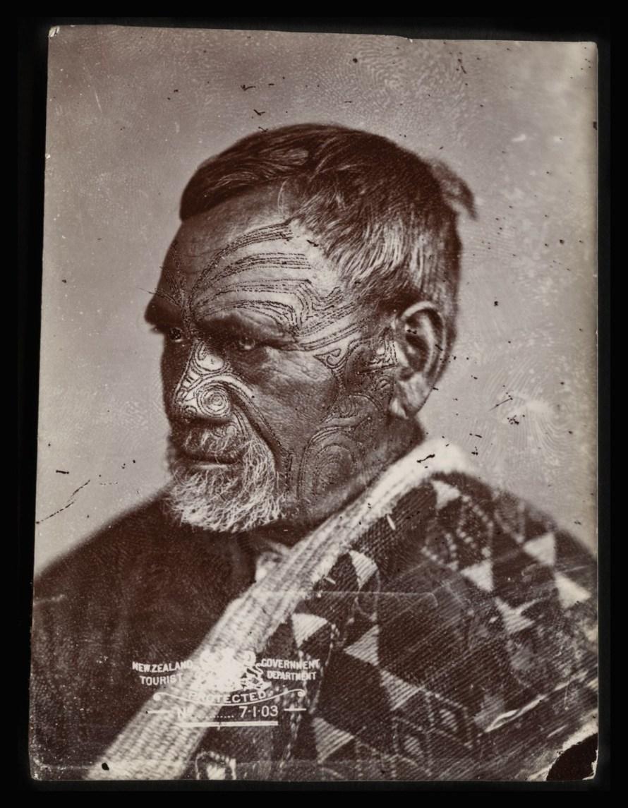 Ismeretlen maori férfi. American Photographic Company, 1870-es évek. Kép: Alexander Turnbull Library.