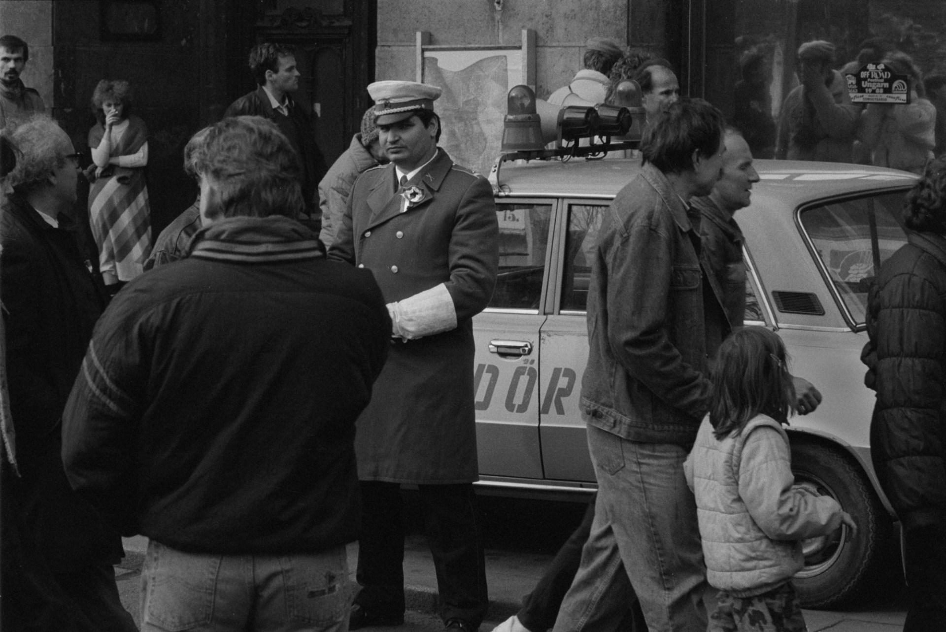 1989. március 15-én – a korábban közzétetteknek megfelelően – egy rendőr szemlátomást csak kokárdát visel az egyenruháján oldalfegyver helyett. © Fejér Zoltán